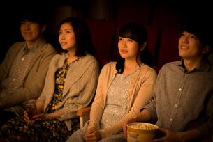 映画を見る若者たちの写真素材 [FYI02685206]