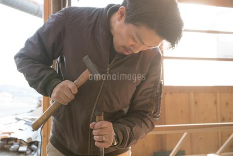 家具を作る男性の写真素材 [FYI02685217]