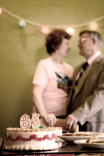 Couple celebrating a 65th anniversaryの写真素材 [FYI02685346]