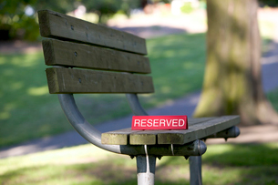 Park bench with reserved signの写真素材 [FYI02685364]