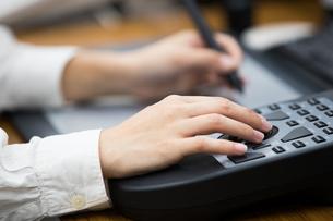 パソコンでコントローラーとペンでデザインする20代女性の写真素材 [FYI02685375]