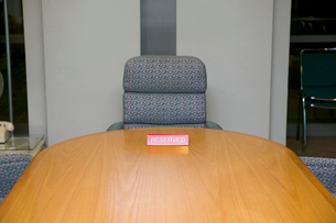 Conference table with reserved signの写真素材 [FYI02685389]