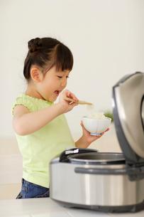 お茶碗にご飯をよそう女の子の写真素材 [FYI02685425]