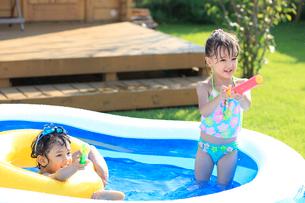プールで遊ぶ男の子と女の子の写真素材 [FYI02685441]