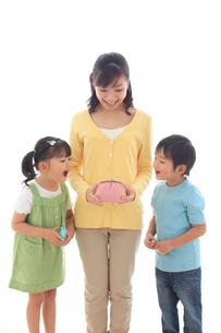 財布を覗き込み驚く親子の写真素材 [FYI02685472]