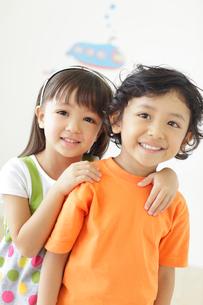 仲の良い男の子と女の子の写真素材 [FYI02685488]