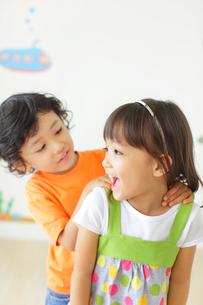 仲の良い男の子と女の子の写真素材 [FYI02685489]