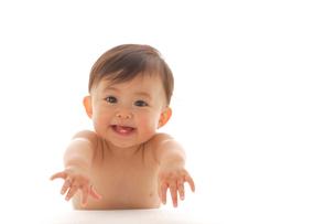 笑顔のはだかの赤ちゃんの写真素材 [FYI02685559]
