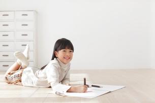スケッチブックに色鉛筆で絵を描く女の子の写真素材 [FYI02685577]