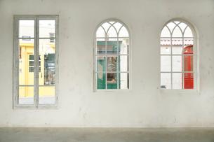 パリイメージ部屋と窓から見える街並みの写真素材 [FYI02685596]