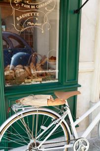 パリのイメージのパン屋と自転車の写真素材 [FYI02685604]