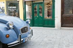 おしゃれなヨーロッパイメージの街並みとかわいい車の写真素材 [FYI02685650]