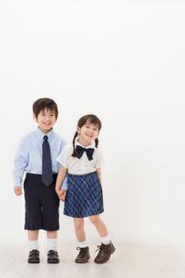 制服を着たハーフの男の子と女の子の写真素材 [FYI02685694]
