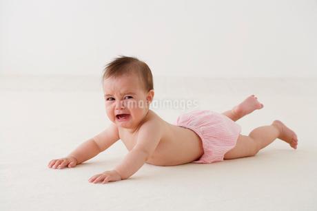 泣く裸の赤ちゃんの写真素材 [FYI02685719]