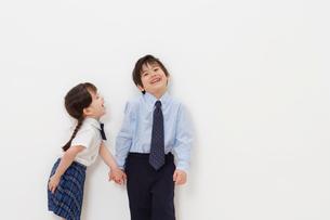 制服を着た男の子と女の子の写真素材 [FYI02685720]