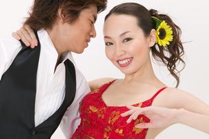 ラテンダンスを踊る男女の写真素材 [FYI02685729]