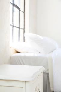 大きな窓のある寝室の合成向け背景素材の写真素材 [FYI02685735]