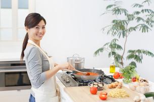 トマトソースを作る女性の写真素材 [FYI02685738]