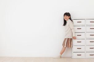 フローリングの床に立つ女の子の写真素材 [FYI02685748]