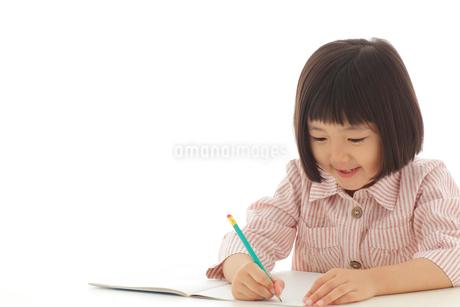 勉強をするおかっぱの女の子の写真素材 [FYI02685767]