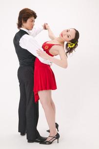 ラテンダンスを踊る男女の写真素材 [FYI02685787]