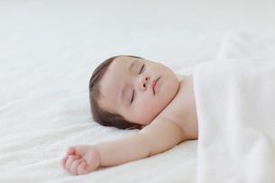 ベッドで眠る赤ちゃんの写真素材 [FYI02685797]