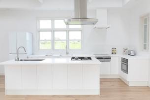 明るくて広いキッチンの写真素材 [FYI02685856]