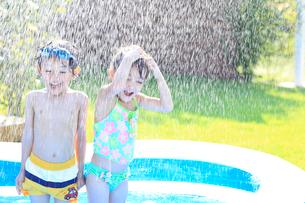 水浴びをする男の子と女の子の写真素材 [FYI02685862]