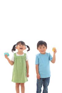 財布を持ち笑顔の子供達の写真素材 [FYI02685866]