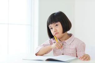 勉強をするおかっぱの女の子の写真素材 [FYI02685884]