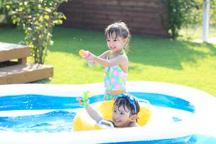 プールで遊ぶ男の子と女の子の写真素材 [FYI02685889]