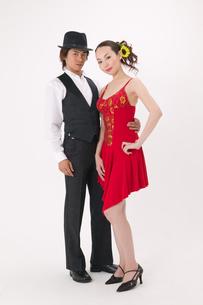 ラテンダンスを踊る男女の写真素材 [FYI02685904]