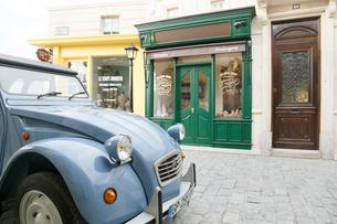 おしゃれなヨーロッパイメージの街並みとかわいい車の写真素材 [FYI02685916]