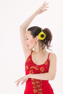 ラテンダンスを踊る女性の写真素材 [FYI02685936]