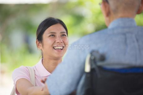 介護する女性の写真素材 [FYI02685939]