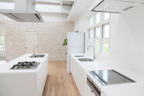 明るくて広いダイニングキッチンの写真素材 [FYI02685996]