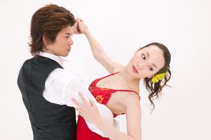 ラテンダンスを踊る男女の写真素材 [FYI02686007]