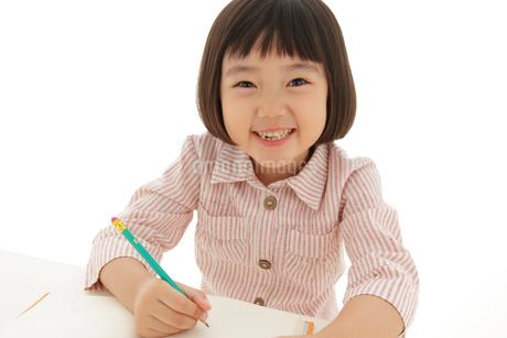 勉強をするおかっぱの女の子の写真素材 [FYI02686051]