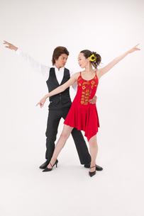 ラテンダンスを踊る男女の写真素材 [FYI02686075]