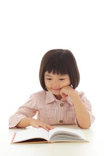 本を読むおかっぱの女の子の写真素材 [FYI02686111]