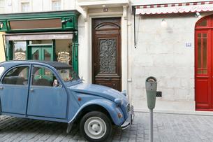 おしゃれなヨーロッパイメージの街並みとかわいい車の写真素材 [FYI02686118]