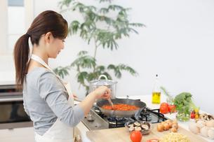 トマトソースを作る女性の写真素材 [FYI02686152]