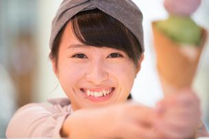 笑顔でアイスを売る若い女性の写真素材 [FYI02686174]