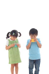 財布を覗き込む子供達の写真素材 [FYI02686176]