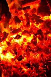 真っ赤な炎に包まれ燃え上がる薪の写真素材 [FYI02686192]