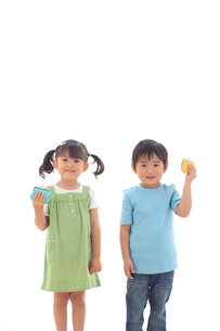財布を持ち笑顔の子供達の写真素材 [FYI02686209]