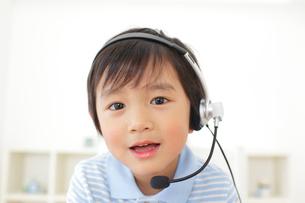 インカムを付けて会話する男の子の写真素材 [FYI02686271]
