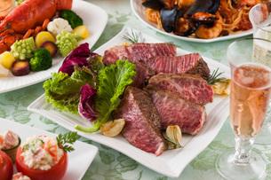 和牛リブロースのステーキとパーティー料理の写真素材 [FYI02686308]