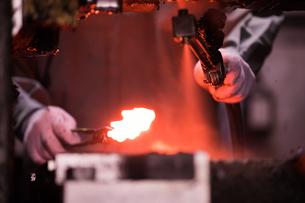 工場で働く30代男性の写真素材 [FYI02686333]