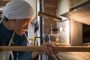 パンを焼く20代職人の写真素材 [FYI02686357]